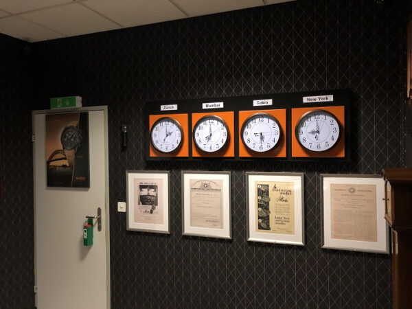 Uhren die vier Zeitzonen anzeigen