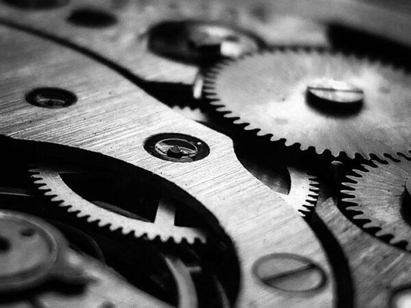 Schwarz-weisse Zahnräder eines Uhrengetriebes