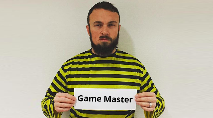 Game Master als Sträfling verkleidet
